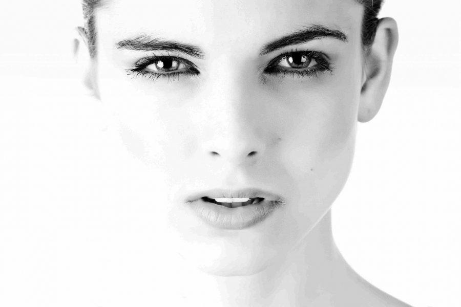 Kauneushoitola BellaHelena Oulu black-and-white-close-up-eyes-woman 2018 Finland