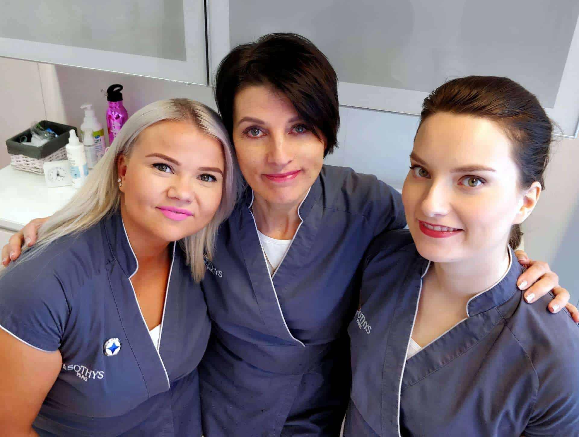 Kauneushoitola BellaHelena Oulu tiimi: SKY Helena Tauriainen, SKY Emma Kaasalainen, SKY Oona Shnoro